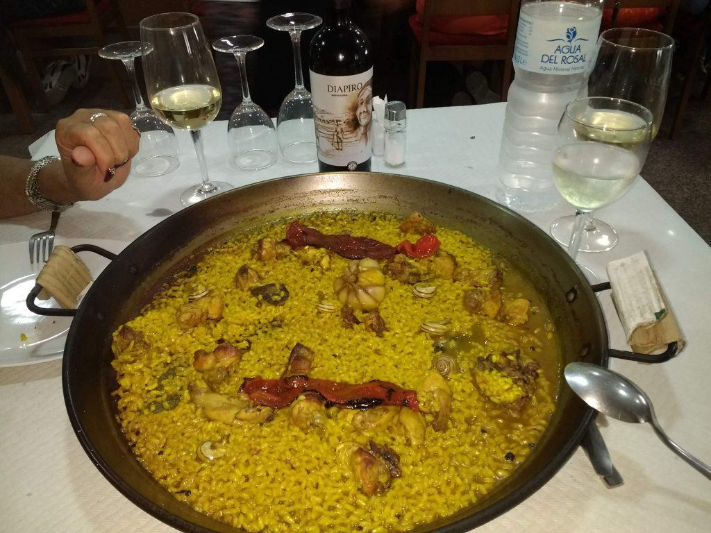 Paella valenciana, met Konijn, Slakken, Knoflook. Heerlijke Diapiro wijn.